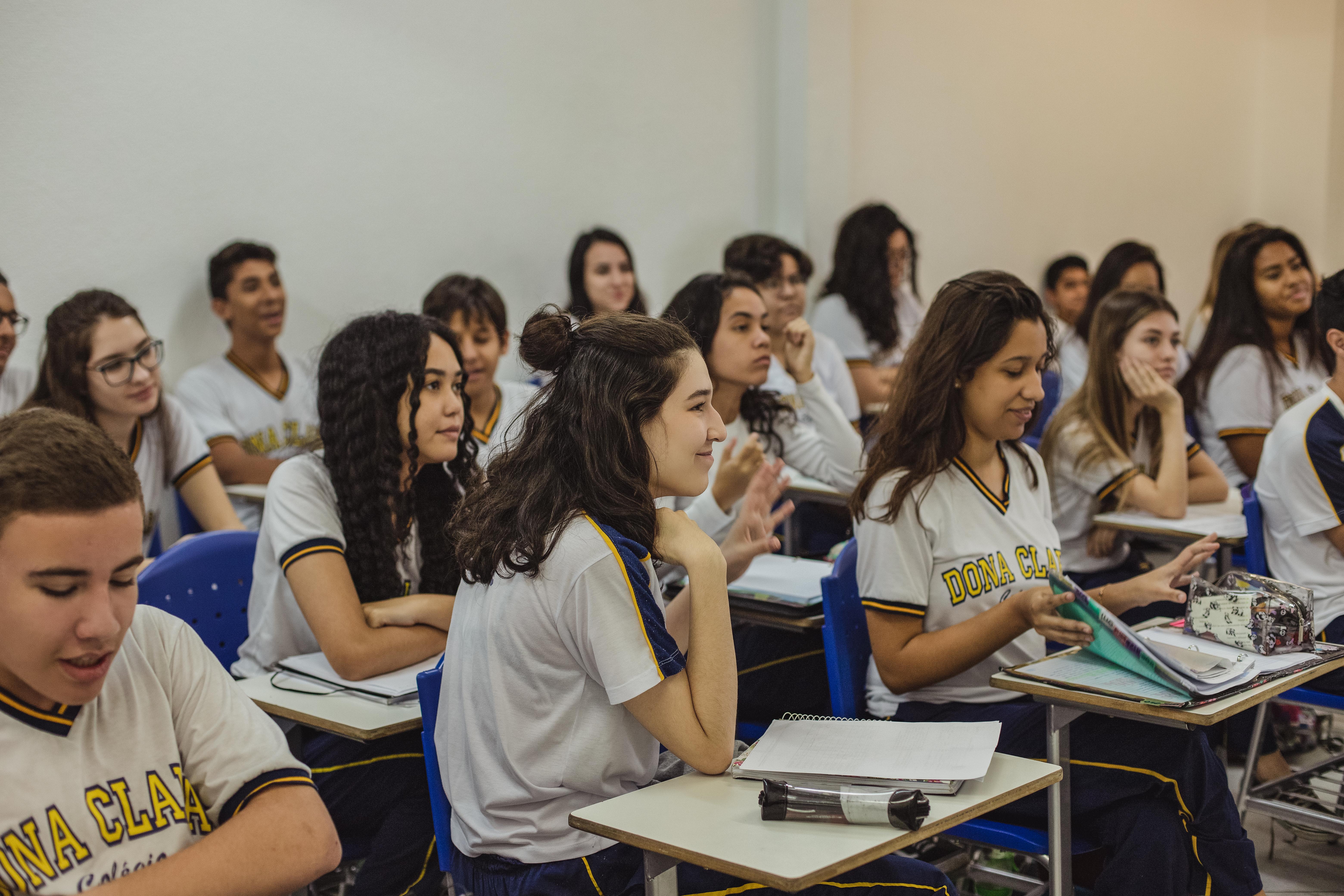 Alunos em sala de aula prestando atenção no conteúdo ministrado podem melhorar a redação