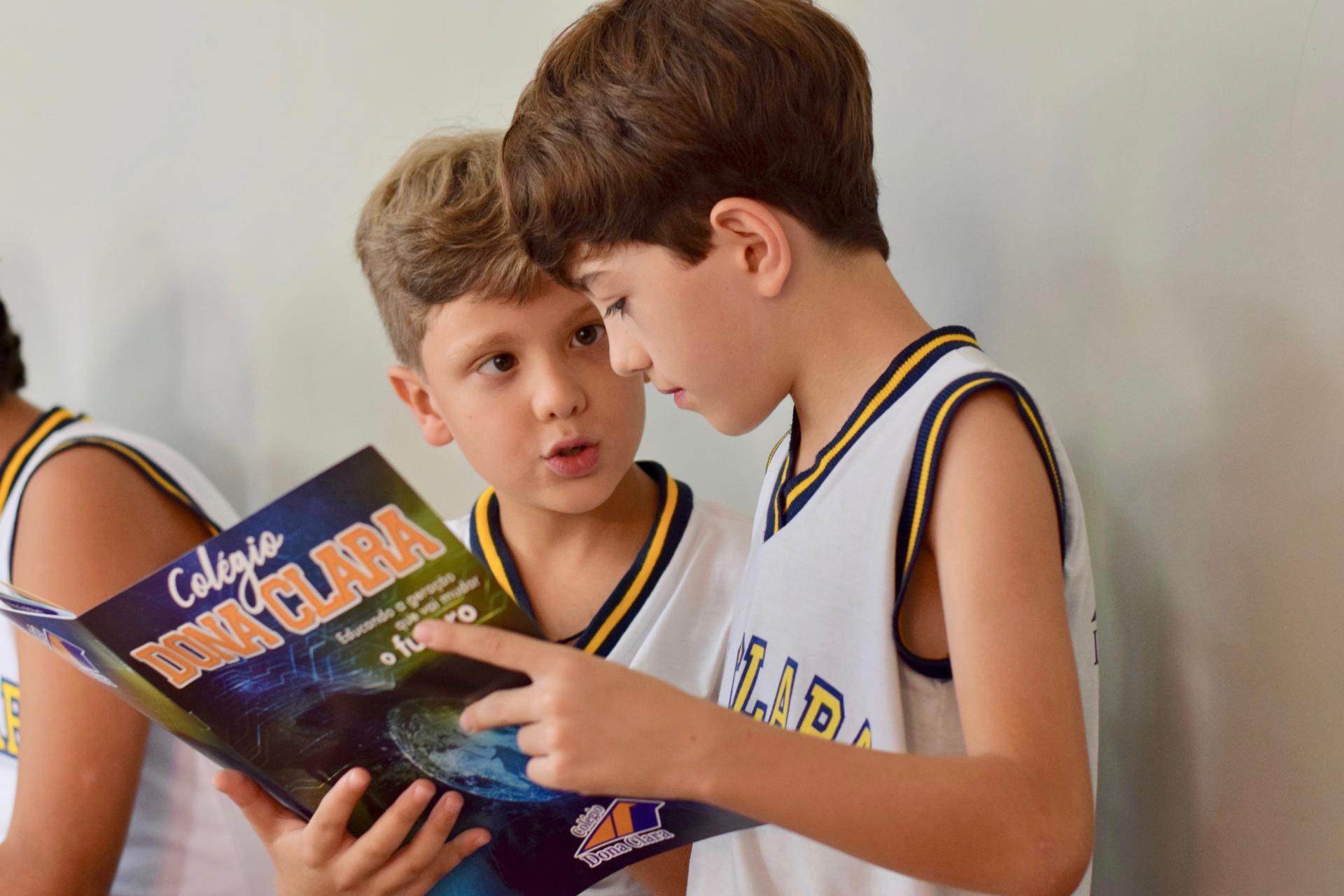 Meninos na escola conversando em inglês no dia a dia é fruto da educação bilíngue infantil